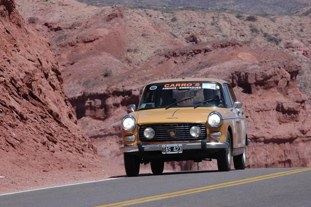 el líder Miguel Gomez Fernandez en su Peugeot 404 dejando atrás Cafayate en el paraje Las Ventanas (Copiar)